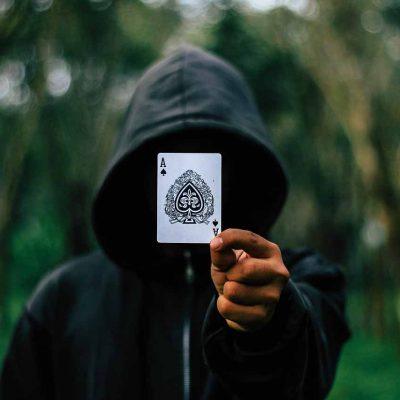 jongen met kaart in het park