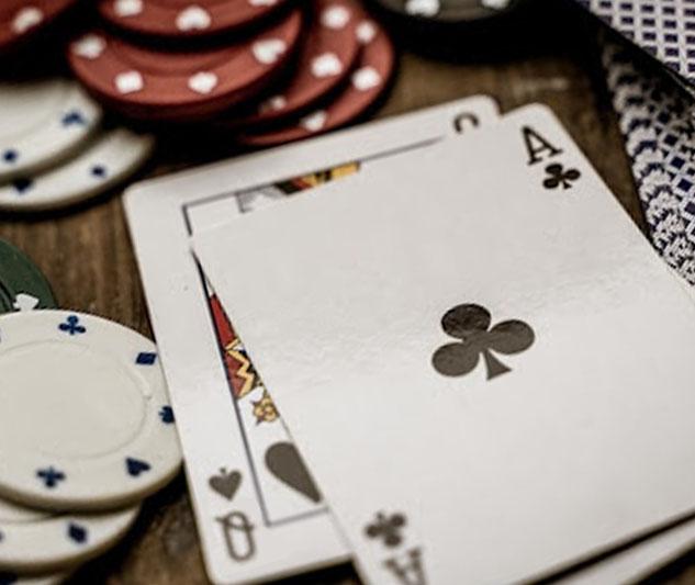 Aas en koningin speelkaarten en fiches