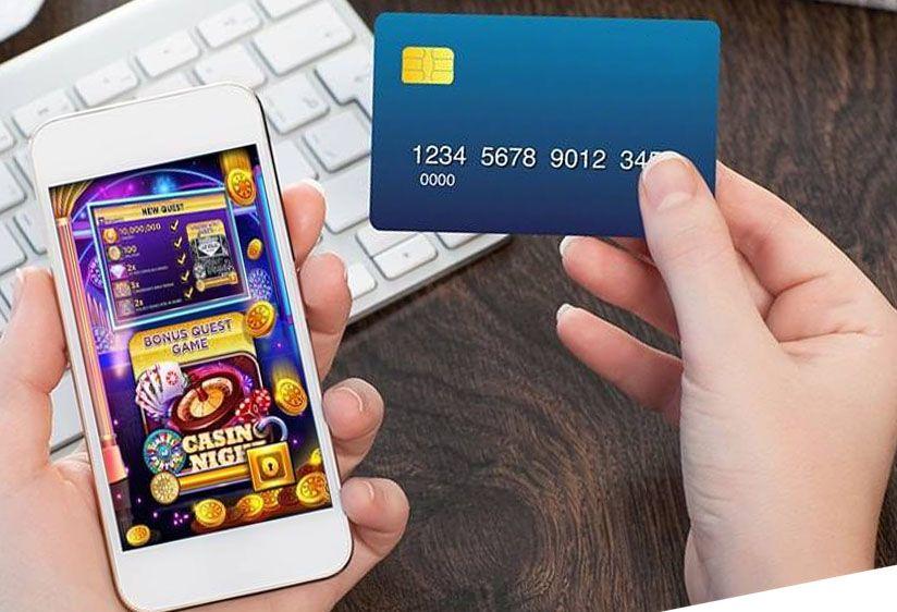 Telefoon en kredietkaart in de hand