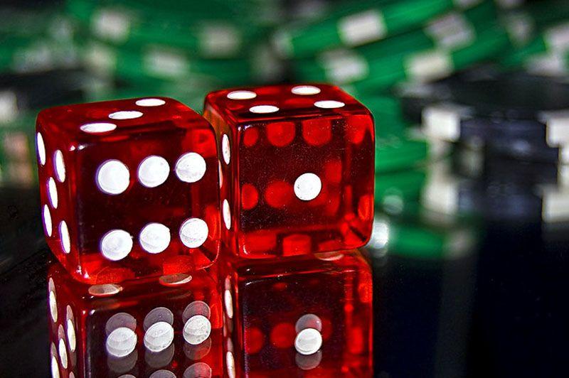 Rode dobbelstenen voor een spelletje craps