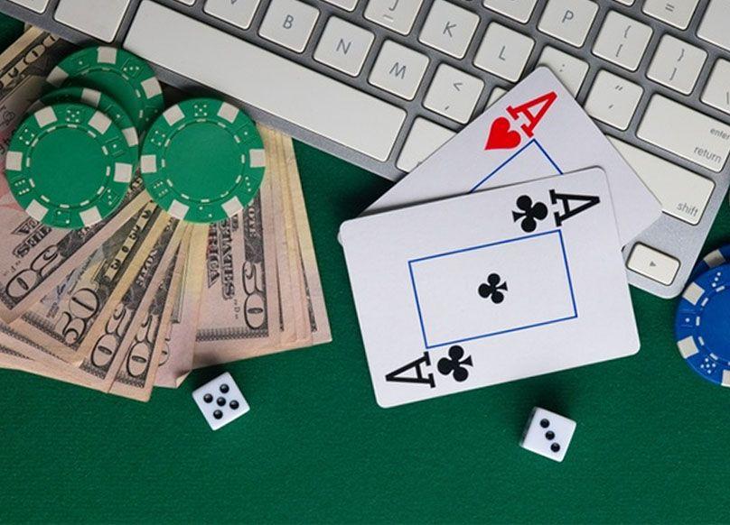 Geld met kaarten en dobbelstenen op de tafel