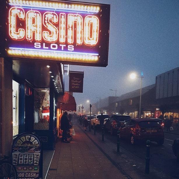 Een bord waarop staat casino slots